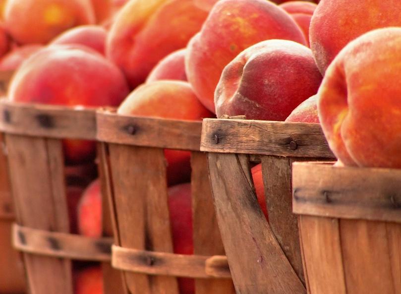 baskets of peaches farmers market